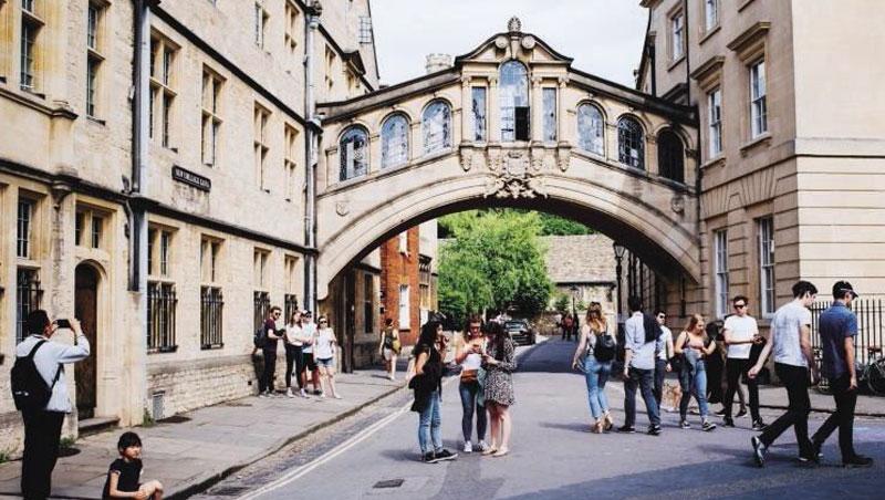 2017年英國國會議員發現,牛津大學82%的錄取通知發給家庭社經地位前兩個等級的申請者。