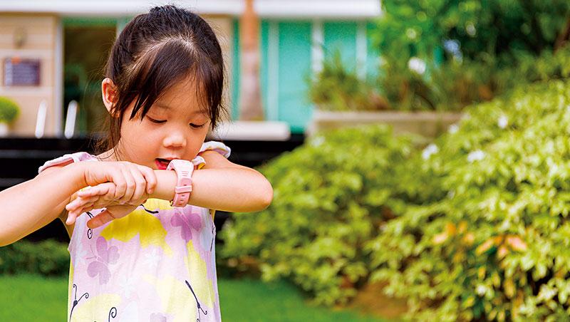 遠傳繼中華電信之後,參戰兒童智慧錶市場,並加入AI助手讓學齡前兒童「動口」就能操作,再降低使用年齡。