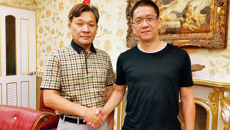 鍾嘉村(左)才買下乖乖,就有人上門洽買,但他看好乖乖潛力,不打算出售。