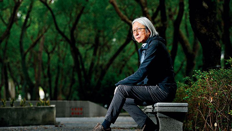 作家陳冠中刻意走出舒適圈,蟄居北京近20年,為了寫作、「訓練」自己,「你就是要在暗裡面慢慢練出一雙看暗的眼睛。」