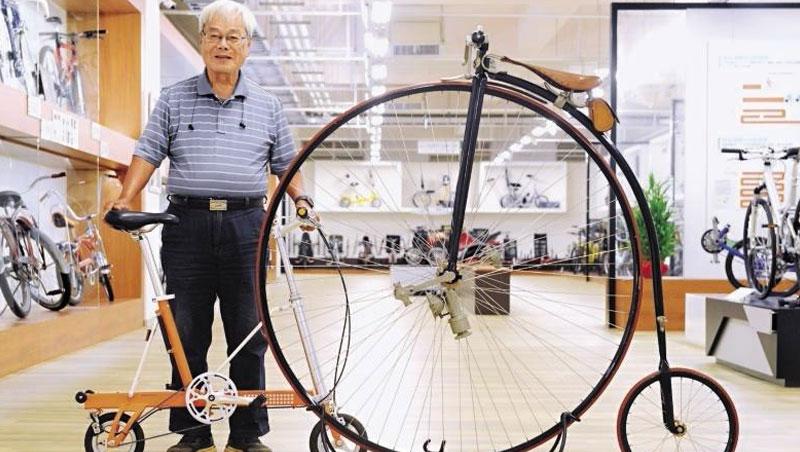 採訪這天,林正義拿出親手設計的超輕小折疊車Carry Me,和展示的骨董大輪車形成對比。