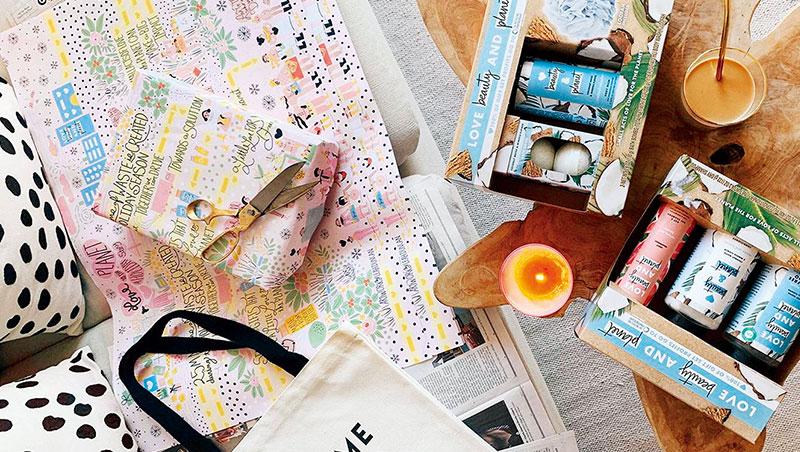 產業觀察家說,最近許多美妝品牌在紙媒登廣告,與讀者對話目的超越行銷本身意義。圖中包裝紙為聯合利華刊登在《紐約時報》的廣告。
