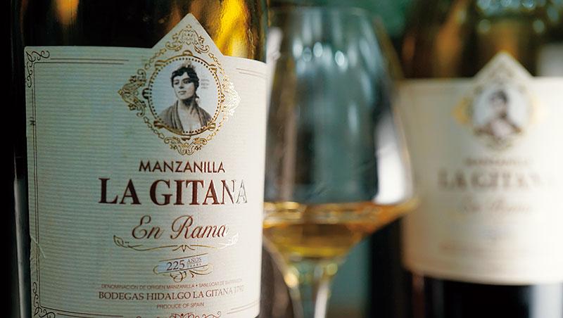 小辭典》En Rama_沒有經過過濾,從橡木桶中取出,直接裝瓶的雪莉酒。由酒商Barbadillo首度在一九九九年推出。在眾多的雪莉類型中,只有風格最細緻、酒精度最低的Fino 和Manzanilla 才會特別標榜En Rama。一般是在酒花酵母長得最茂盛的春天時節裝瓶,以保有最鮮美清爽的風味。