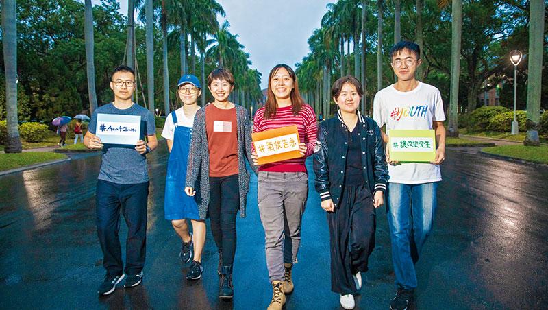 撤資行動是台大學生會永續部與氣候行動社努力數年的成果,終於在現任部長黃毓庭(左3)與社長張榮廷(左1)手上完成。