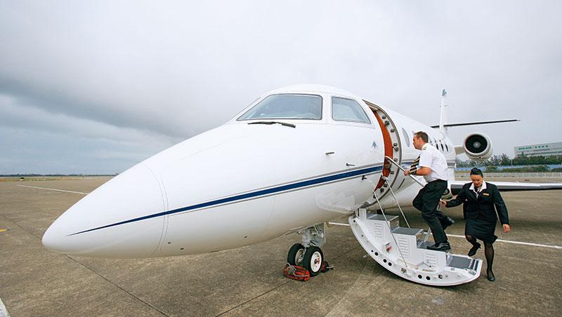 有錢人玩藍寶堅尼或法拉利,但頂級富豪的大玩具,是要價10億、20億的私人飛機。