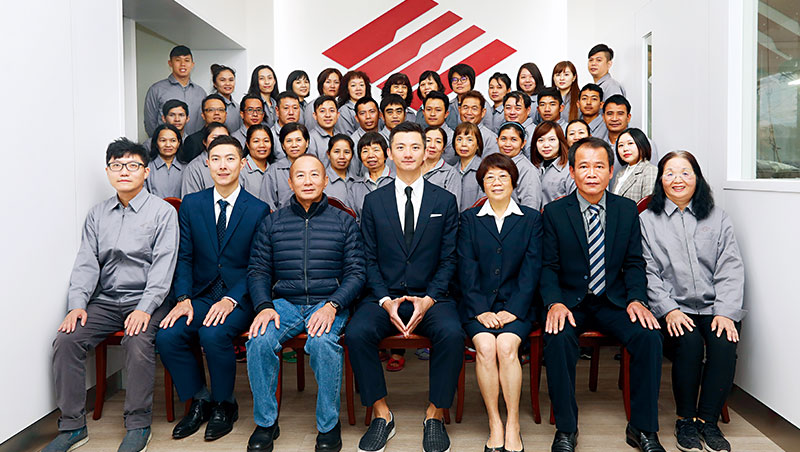 在公司只談公事,不談父子!拍攝寄給客戶的年度賀卡時,總裁陳焜耀主動讓出中間位置,給現任董事長陳彥誠。