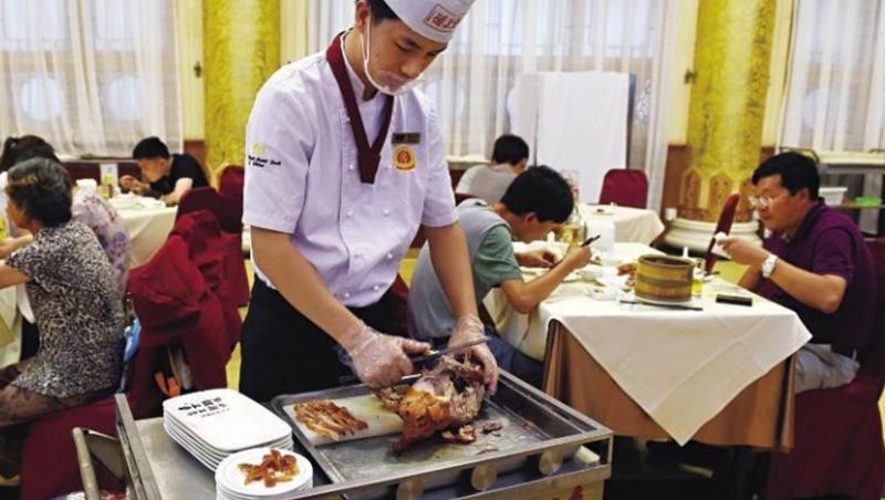 全聚德廚師桌邊片鴨功力獨步業界,公司業績卻持續衰退,這是工匠精神被大眾拋棄的結果。