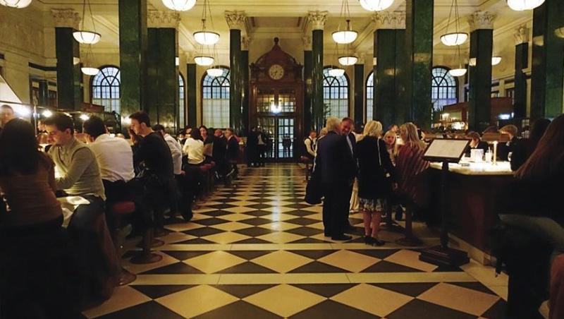 旅店裡有許多用餐區和酒吧,有些擺設都還看得出銀行歷史中的影子。
