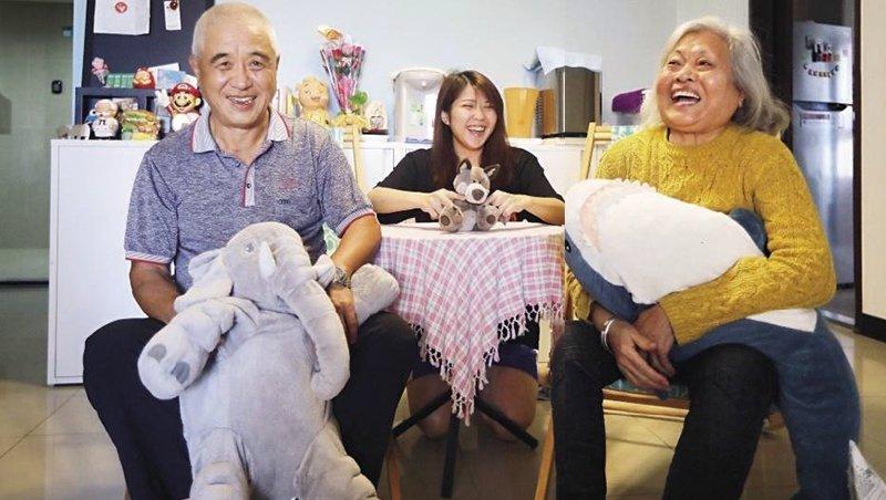 張麗蓉(右)與林琪(中)、林山村(左)是新北市青銀共居計畫的室友,已經住在一起2年多。