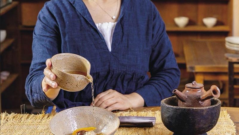 把鐵觀音老茶沖到廣式糯米飯之中,熱騰騰茶湯帶來既豐富又濃厚的滋味。