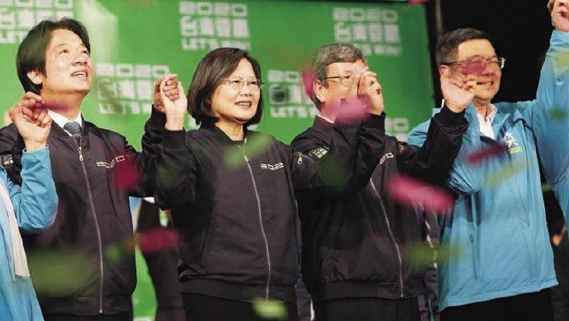 主打「抗中保台」的總統蔡英文(左2),最終以817萬票、得票率57.13%贏得連任,外媒解讀這是台灣民意離中國越來越遠的展現。