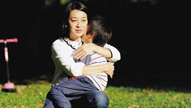 抱著兒子小鯨魚,王婉諭在拍照空檔跟他講悄悄話「可以幫媽媽忙嗎?」她因忙著選舉活動,請孩子體諒。