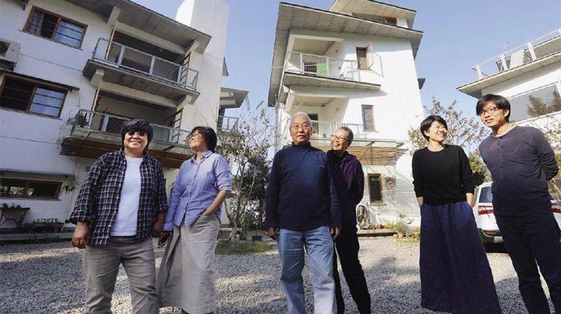 建築師姜樂靜(左1)、藝術家楊偉林(左2)、建築師趙力行夫婦(圖中)與上下游新聞市集共同創辦人馮小非(右2)、蕭名宏(右1)在南投共建3棟房子,一起過第二人生。