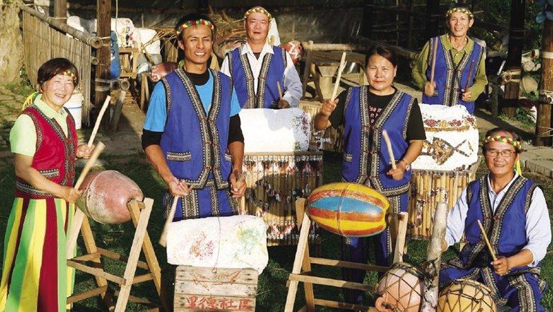 滿州鄉里德社區居民,利用海廢製作的樂器秀原民歌謠,是生態旅遊行程中的亮點之一。