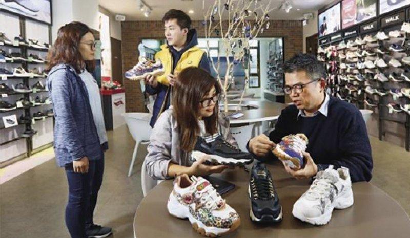 押寶老爹鞋,讓Skechers變成時下年輕女生的最愛, 助攻股價攀高。