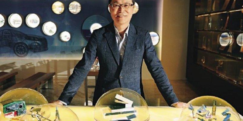 順德二代陳朝明在展示大廳秀出以前開發的文具,包括全台第1支手牌折疊小刀、傳統圓規 等,這些老產品也是他們起家的根本。