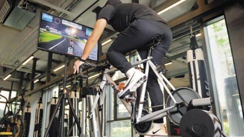 只要家裡有台單車、螢幕,搭配可蒐集踩踏數據、回饋阻力的訓練台,在家也能揪團騎車或跑步。