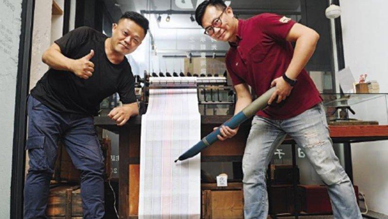 文明鋼筆總監陳皇谷(左)與行銷經理林冠宏(右)擔起轉型重責大任,讓65年老廠起死回生,還能維持破億營收。