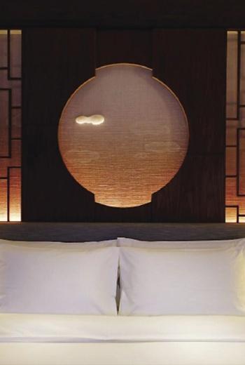 細緻的中式窗櫺和精巧的雲朵雕飾,典雅和現代感並存,賦予中國風另一種詮釋。