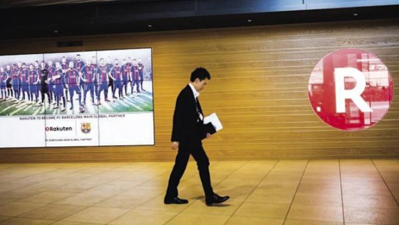 樂天為找回電商魅力、穩住點數經濟命脈,砸257億日圓贊助巴塞隆納足球隊(圖左),據稱吸引3億名國外球迷會員,但仍擋不住免運攻勢。