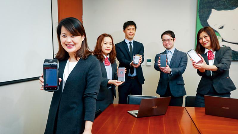 新光三越商品部副總經理歐陽慧(左1)透露,這場數位戰,公司總動員,光是美麗台電商就新增超過3千項商品。