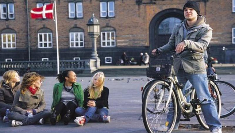 哥本哈根被喻為「自行車友之城」;自行車地位與汽車、行人相當,擁有專屬分隔道路區域。