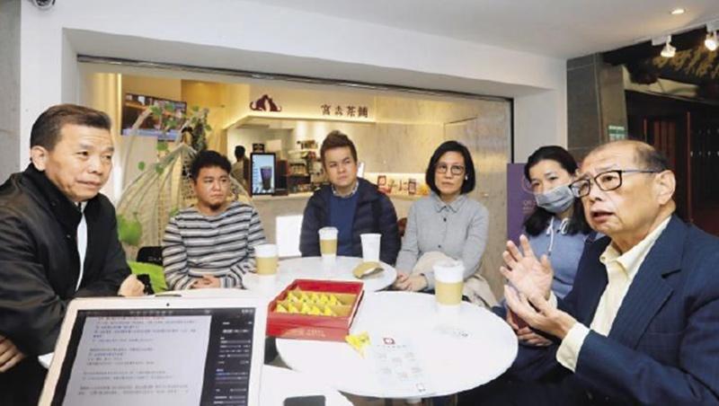 東門永康商圈發展協會理事長劉鴻翔(右1)邀集多名店家,分享他們的抗疫故事。劉鴻翔在永康出生、永康創業,可說是不折不扣的「永康寶寶」。