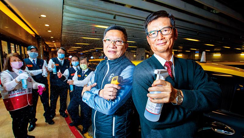 台灣大車隊董事長林村田(前排右)和總經理楊榮輝(前排左)到統一時代百貨慰問排班的司機,並鼓勵運匠們說:「事情一定會過去,大家加油!」