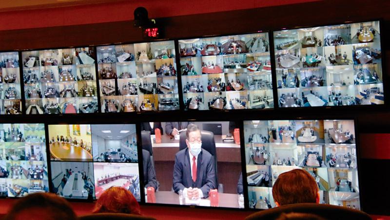 疫情期間,兆豐銀總經理蔡永義(中)在總行4樓視訊會議室開會,4週內他已主持了近10場的防疫會議。