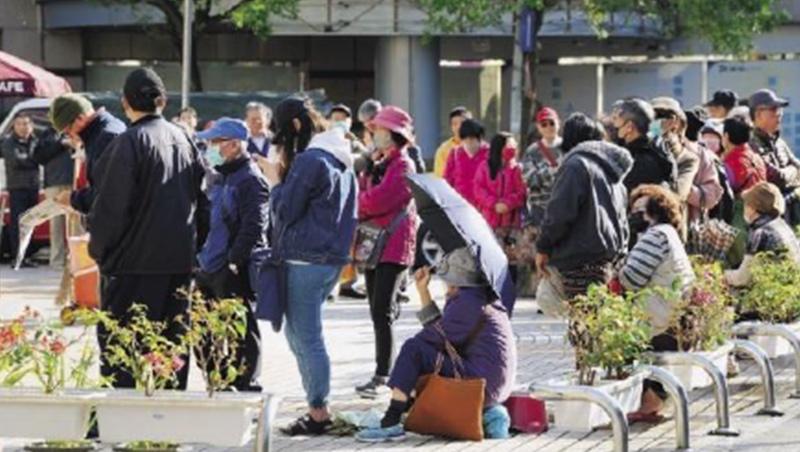 對抗病毒,也對抗焦慮!排隊買口罩成近來街頭常態,防疫不只考驗政府應變與調度能力,還考驗面對社會焦慮的處理能量。