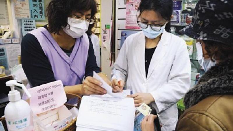 口罩實名制服務民眾的最前線,全國藥局的藥師們,除了販售口罩,還肩負衛教提醒,成為全國防疫網絡不可或缺的一群人。