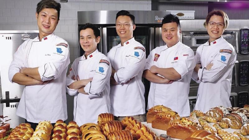 2020年台灣麵包代表隊團員,由右至左,分別是歐式麵包選手楊世湖、教練王鵬傑、總教練謝忠祐、甜麵包選手張世彬與藝術麵包選手王宥晟。