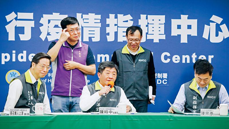 中央流行疫情指揮中心記者會上,BBC記者英文提問,現場沒口譯人員,站在陳時中部長背後的李振輝(左2),照樣同步手語翻譯。