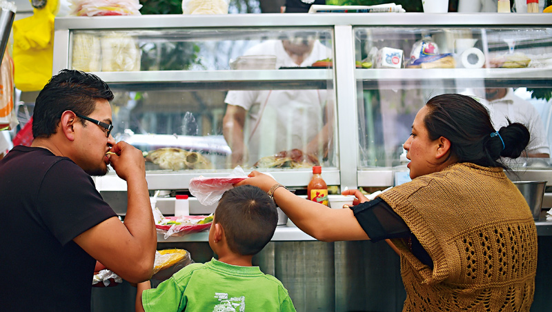 墨西哥政府曾獎勵民眾運動,好比深蹲10下就能免費搭地鐵,但正面鼓勵的做法成效不大,這次乾脆學智利從教育兒童的鐵腕政策下手。
