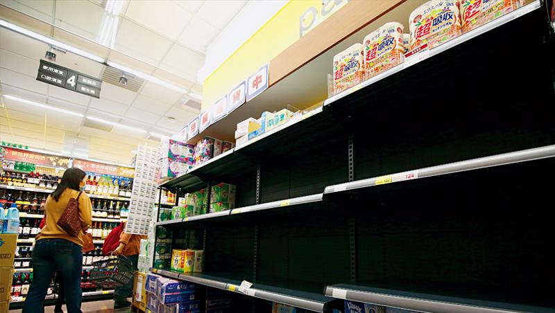 3月19日全聯超市,貨架一空的泡麵、米、衛生紙其實原料充足,民眾該擔心的反而是歐美強力救市背後對大蕭條的擔憂。