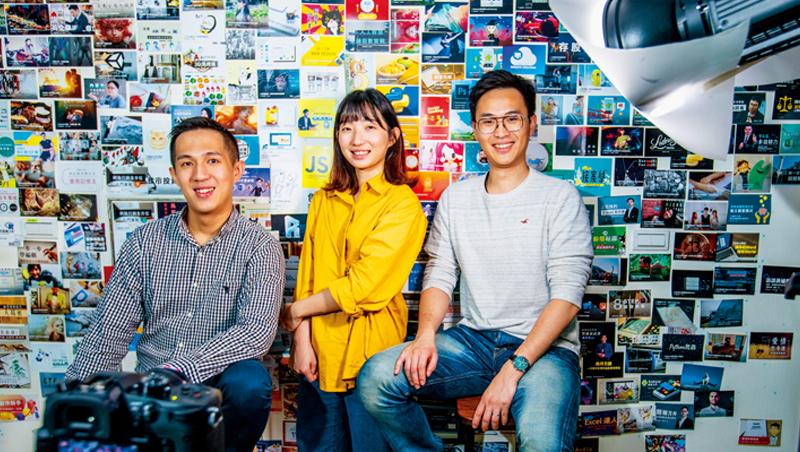 Hahow好學校團隊年輕,他們背後牆上貼的照片,是短短5年開發的逾400堂多元課程,助他們拿下企業內訓商機。
