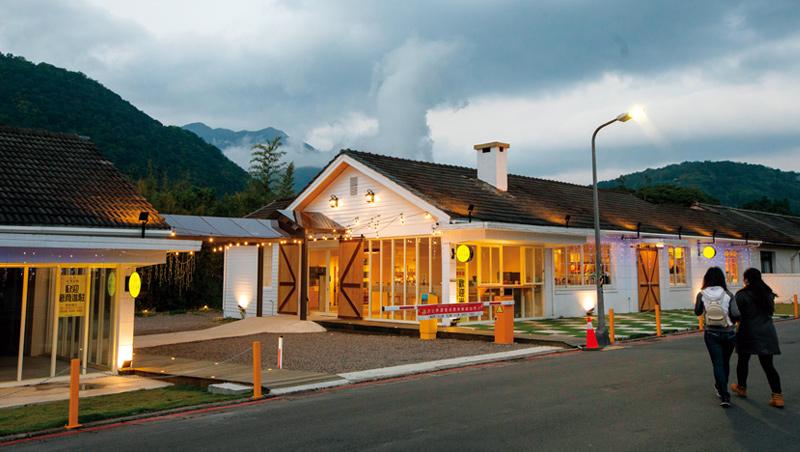 美軍老宿舍屋頂煙囪,雖在台灣使用機率不高,卻成當時美軍思鄉慰藉,如今老屋成專賣台灣藝術家作品的文創商店。