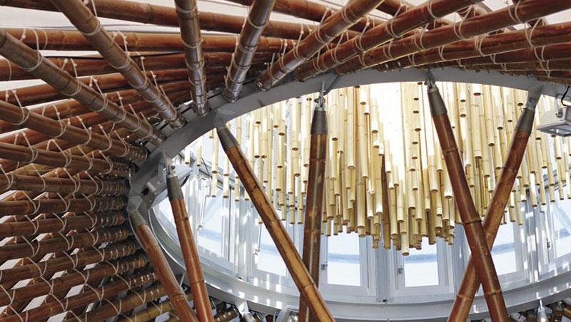 利用竹子可彎曲及高張力的特性,表現曲線的傘狀空間。
