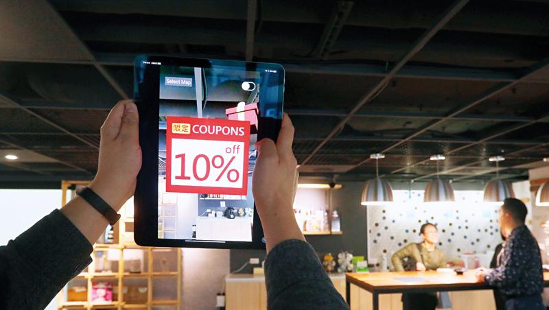 AR在零售業中有許多可能應用,例如,逛街時拿手機掃特定商品,即可獲得折價券,就算消費者在家也能用AR,360度看網拍商品。