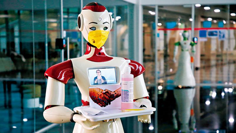 機器人消毒、送餐因疫情成為趨勢,但也凸顯缺乏人情溫度,難以完全取代人類。