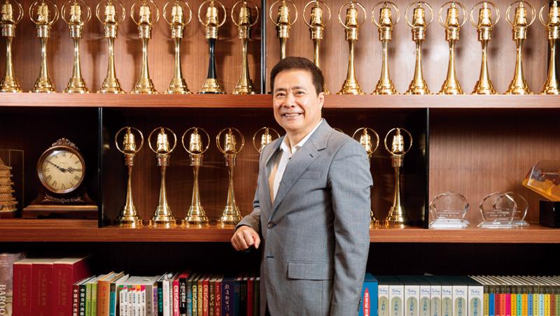 張榮華已經從當年開錄影帶店的小夥子,變身為三立媒體大亨,如今他更加大膽,要挑戰台灣遊樂園產業的遊戲規則。