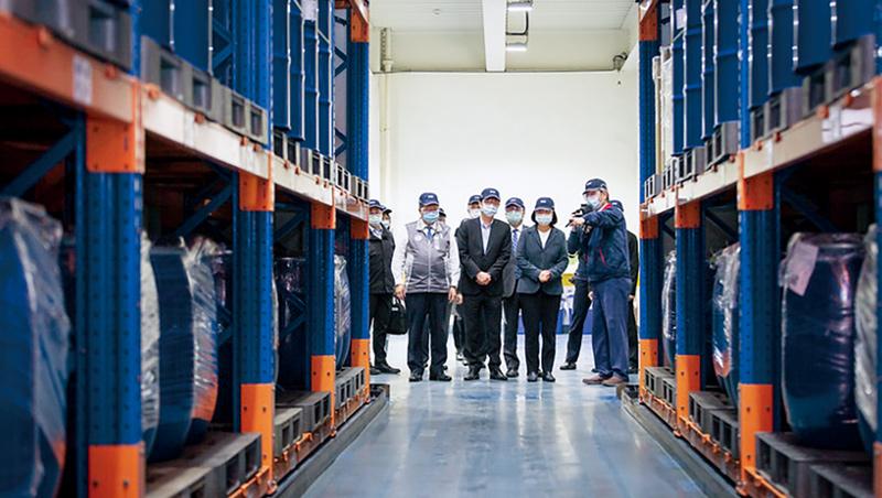 總統蔡英文(右2)參訪台灣唯一奎寧原料藥商旭富,現場一桶桶庫存,是台灣防疫保障。