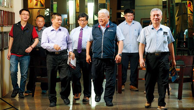 台明將董事長林肇睢(圖中穿背心者)帶著玻璃加工、木具製造等領域一群出生入死的戰友們商討疫情對策,隊伍中即使資歷最淺的業者,也一同作戰了15年。