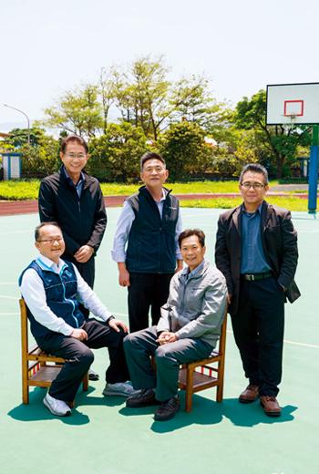 澳底國小校長李延昌(前排左1)攜手其他4校分享資源,他們說,這是「1校就讀,5校學習」的概念,力求不要把孩子的能力畫地自限。