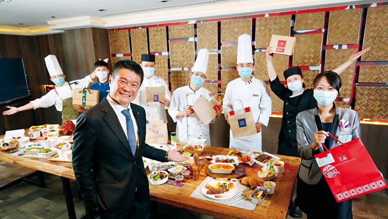 採訪當天,王品在200公分長桌上,擺滿要外送的菜餚。執行長李森斌(前)說,他跟董事長陳正輝每一道菜都吃過,整個人都胖了一圈。