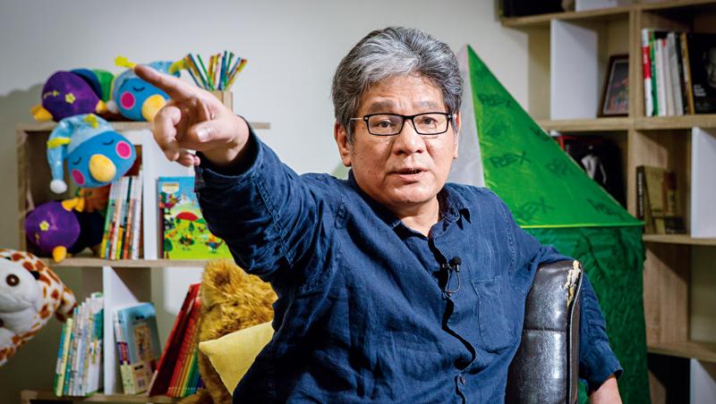 一向粗言粗語、嘻皮笑臉的紙風車創辦人李永豐,說起劇場表演者疫情下面對的零收入困境,也收斂起笑容。