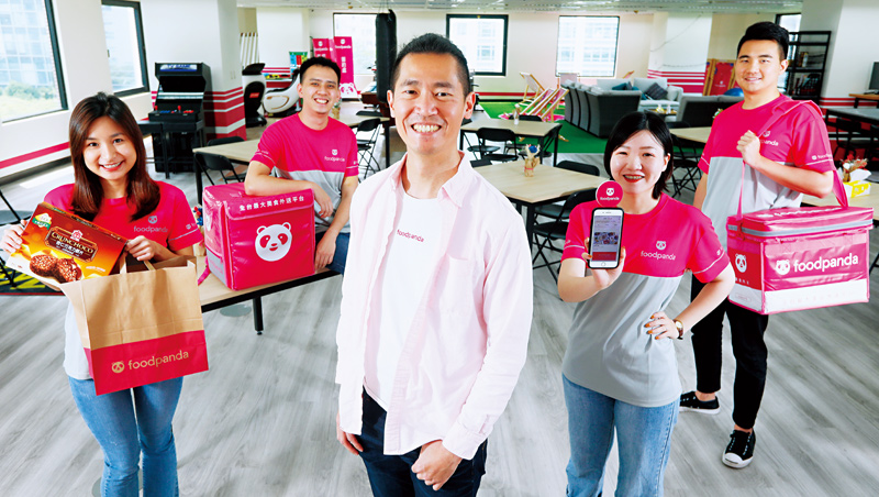 方俊強(中)2012年就將Foodpanda引進台灣,眼看著外送市場從無到有到蓬勃,他直言:「生鮮日用品外送將是下一波潮流,也是集團的全球策略!」