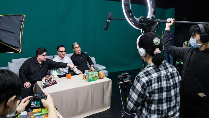 左起羅北安、翁章梁、李永豐,正在錄製《綠光返笑日》節目。