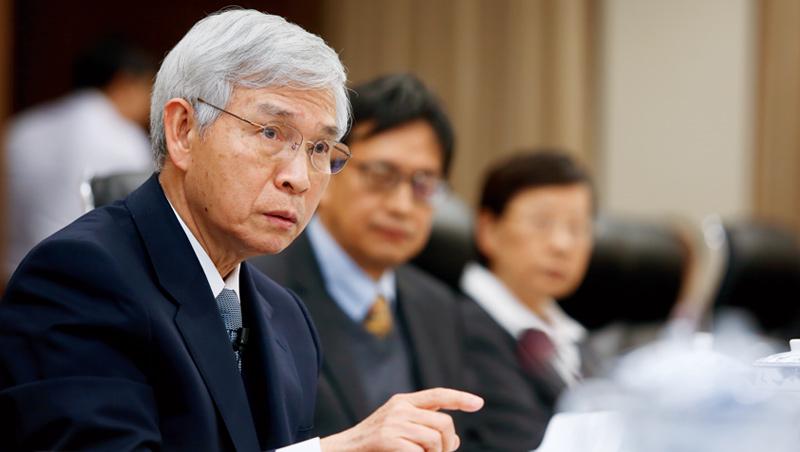 央行總裁楊金龍(左)認為,2千億元專案融通紓困比QE更有效。不過,這項專案要成,得要銀行點頭。