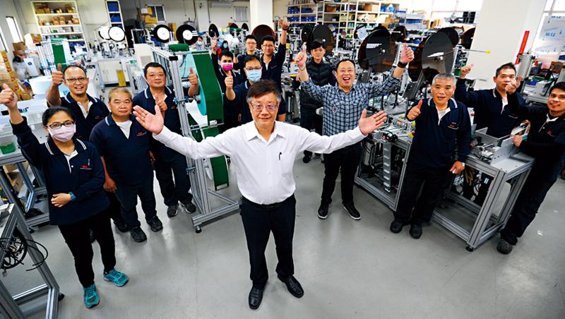 全球口罩機需求爆發,權和董事長蕭鴻彬(中)認為,台灣不只贏在品質,不會像中國同業維修一次就消失的售後服務也是關鍵。